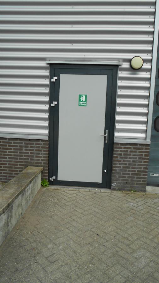 Entree- vluchtdeur bedrijfspand VBA